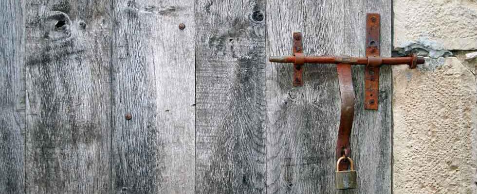 Vieux verrou sur vieille porte